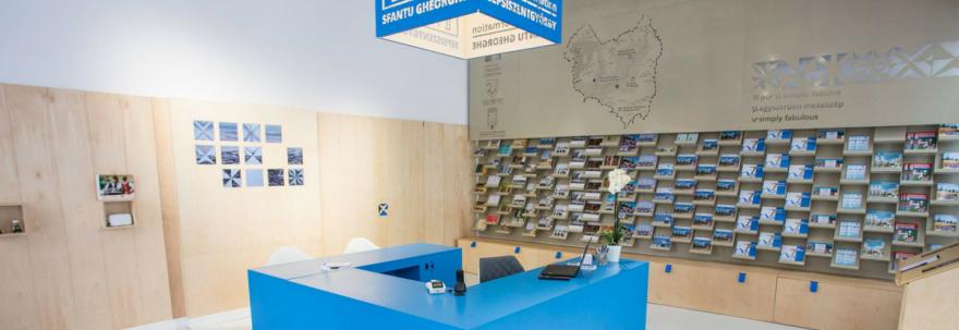 Ecrane inteligente, ochelari de realitate virtuală și aplicație mobilă pentru turiști la Centrul de Informare Turistică a Județului Covasna